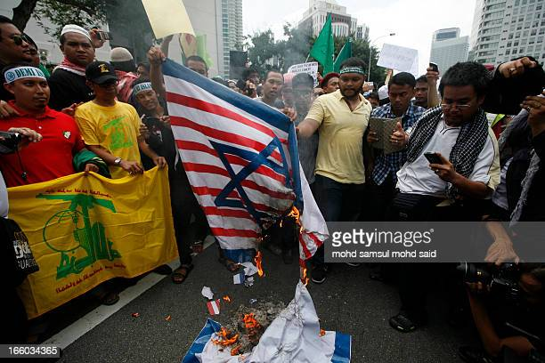 CONTENT] Malaysia muslim burn a combination of US and Israeli flags in front of US embassy during protest film Innocence of Muslims in Kuala Lumpur...