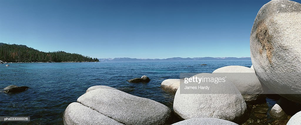 Malaysia, rocks in sea, coast in background : Stockfoto