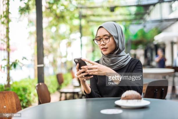 昼休みにヒジャーブとマレーシアの実業家 - 宗教的なベール ストックフォトと画像