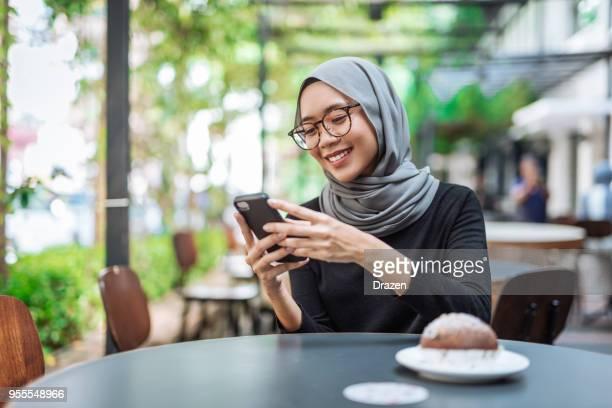 Malaysiska affärskvinna med hijab på lunchrast