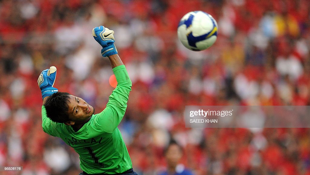 Malaysian goalkeeper Mohammad farizal Ma : News Photo