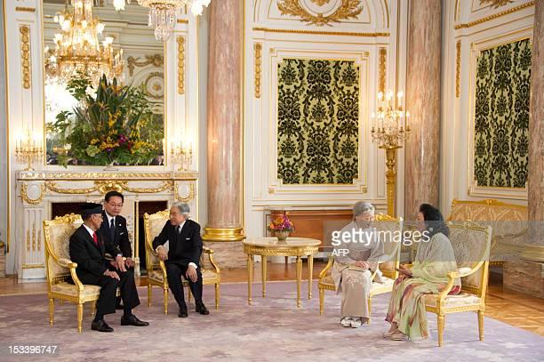Malaysian King Abdul Halim Mu'adzam Shah talks with Japanese Emperor Akihito as Queen Haminah Hamidun and Empress Michiko speak at the official...