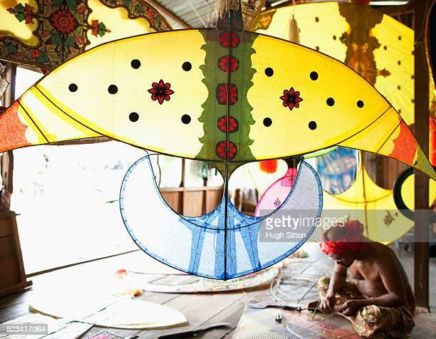 malaysian kite maker working on kite in his work shop - hugh sitton - fotografias e filmes do acervo