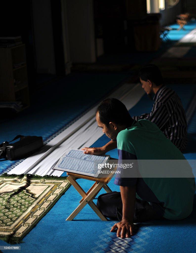 Malaysian Muslims recite the Koran insid : News Photo