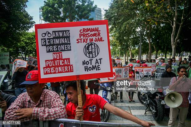 Malaysian people from progoverment supporters gathering outside the courthouse during Anwar Ibrahim hearing in sodomy case on October 12 2016 in...