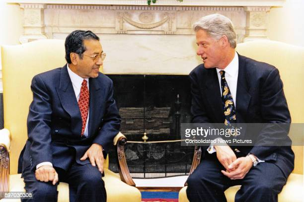 Malaysian Prime Minister Mahathir bin Mohamad and US President Bill Clinton talk together in the White House's Oval Office, Washington DC, May 21,...