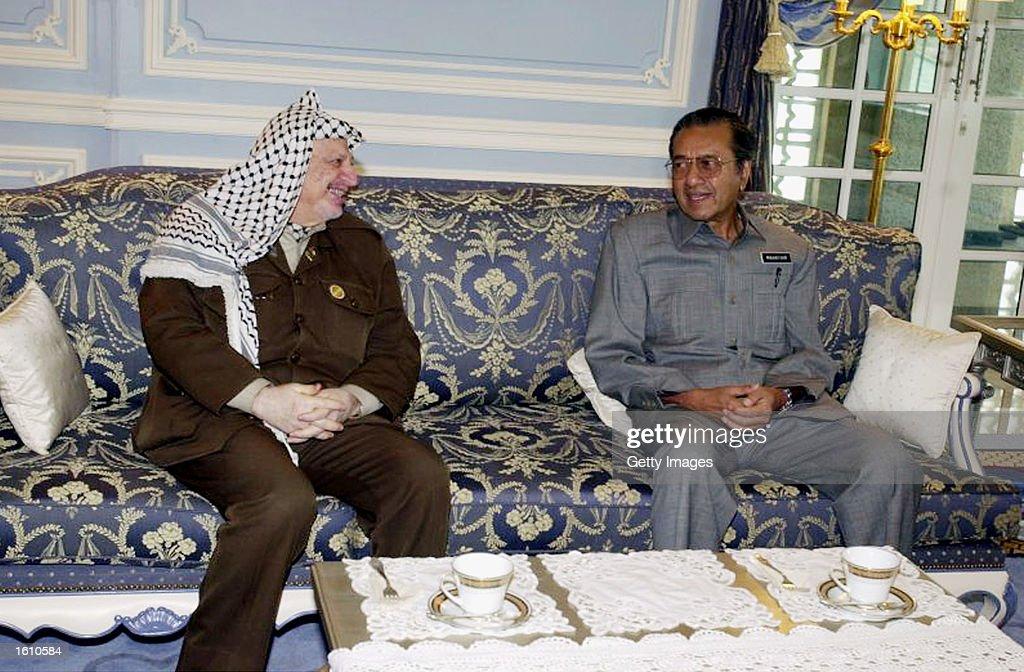 Arafat Meets Malaysian PM Mahathir Mohammad : News Photo