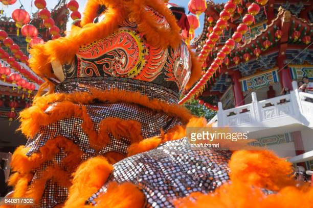 malaysian traditional lion dance performs a dance routine outside the thean hou temple - shaifulzamri stock-fotos und bilder