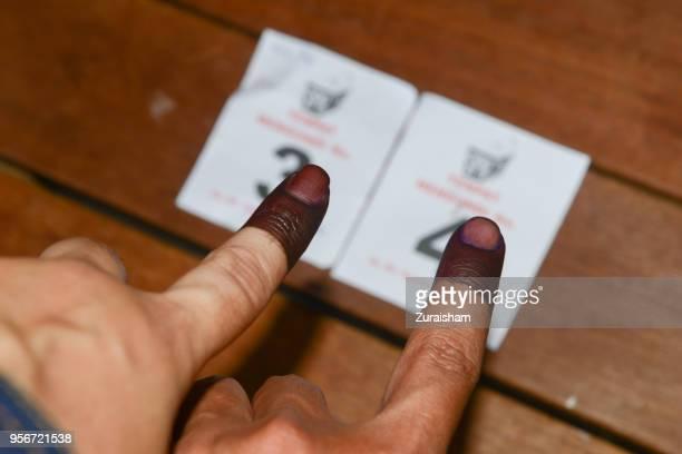 a malaysian voters show their finger marked with ink after voting at their hometown in bandar baru bangi, malaysia - eleição - fotografias e filmes do acervo