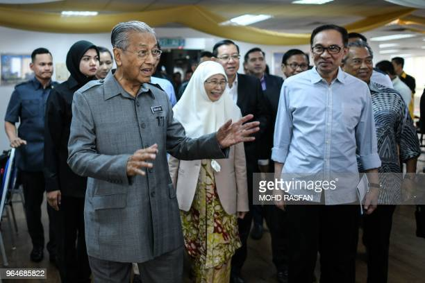 Malaysia's Prime Minister Mahathir Mohamad accompanied by his deputy Wan Azizah Wan Ismail and politician Anwar Ibrahim arrives for a press...