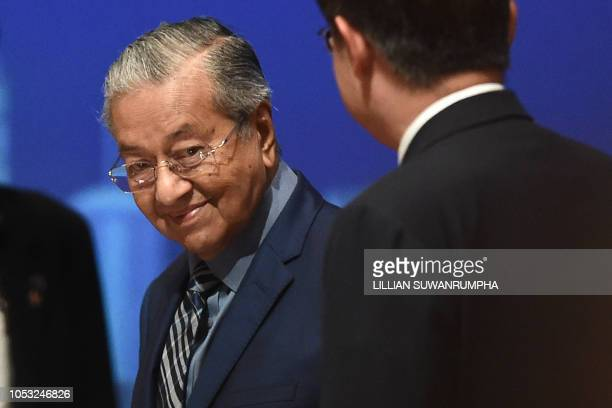 Malaysia's Prime Minister Mahathir Mohamad arrives on stage at Chulalongkorn University in Bangkok on October 25, 2018 to deliver a speech. -...