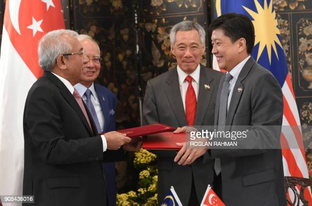 Malaysia's Prime Minister Najib Razak and his Singaporean counterpart Lee Hsien Loong witness the exchange of signed documents on cooperation in the...