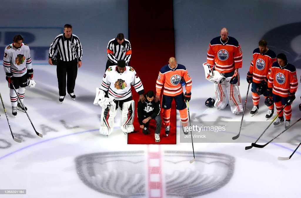 Chicago Blackhawks v Edmonton Oilers : News Photo