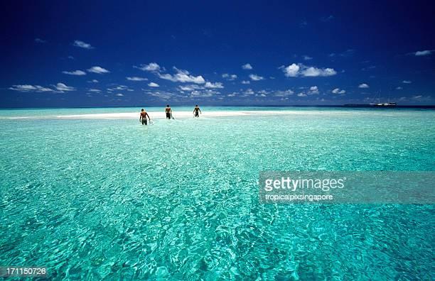 Maldives, l'Atoll de Malé Nord, les surfeurs.