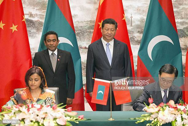 Maldives President Abdulla Yameen and Chinese President Xi Jinping witness the signing of agreements between delegation members of the two countries...