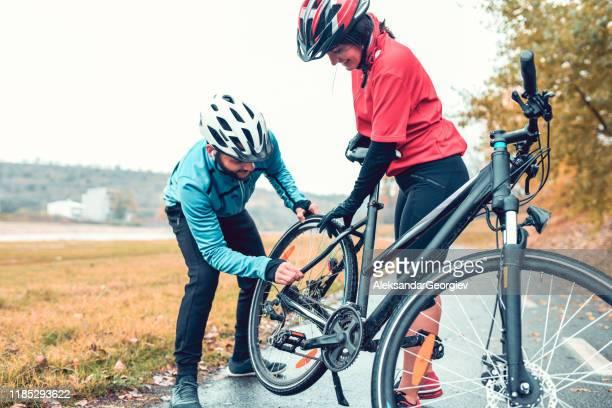 manliga justera cykel redskap för sin flickvän - partire bildbanksfoton och bilder