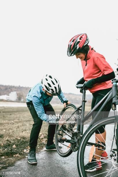 manliga och kvinnliga fast ställande cykel på rätt spår - partire bildbanksfoton och bilder