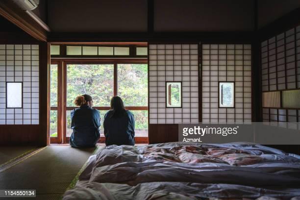 東京旅館の男女のお客様 - 宿屋 ストックフォトと画像