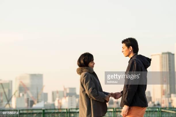 男性と女性、海按手。 - 婚約 ストックフォトと画像