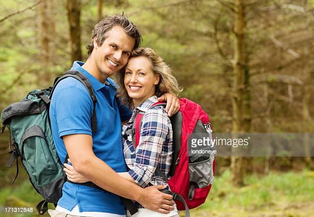 Männliche und weibliche Wanderer umarmen einander