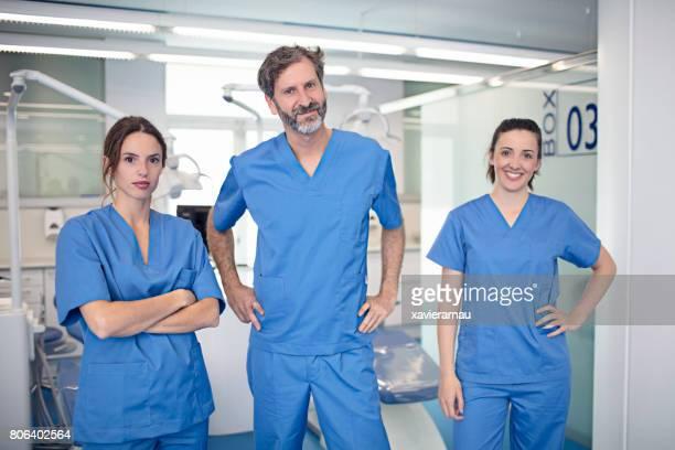 Männliche und weibliche Kieferorthopäden im Krankenhaus