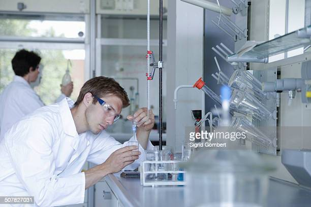 male and female scientists working in lab - sigrid gombert imagens e fotografias de stock