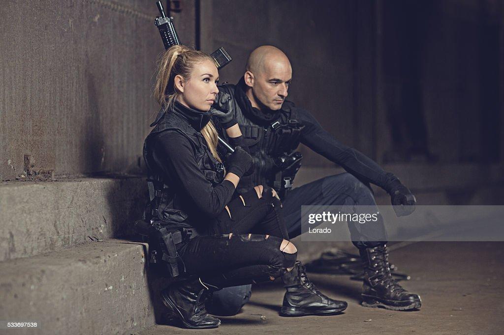 Maschio e femmina swat dipendenti in posa in ambiente urbano : Foto stock