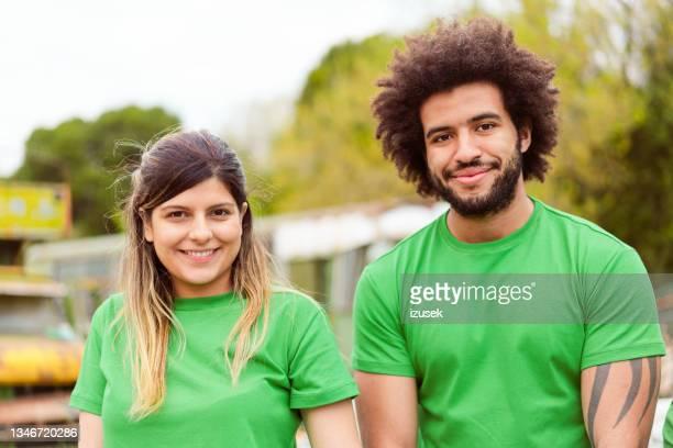 hombres y mujeres voluntarios para la limpieza en el parque - izusek fotografías e imágenes de stock