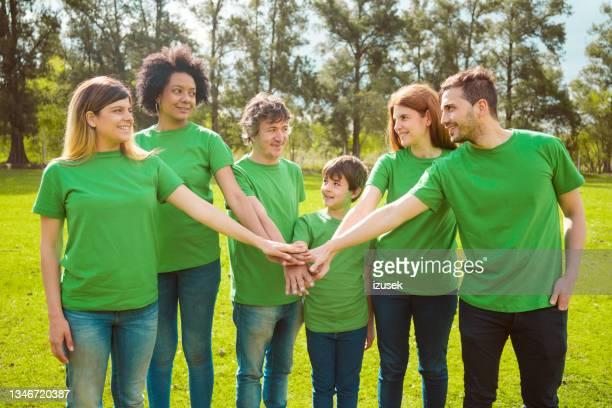 voluntarios masculinos y femeninos que realizan limpieza ambiental - izusek fotografías e imágenes de stock