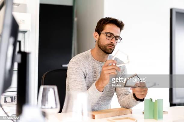 arquiteto macho fazendo casa modelo no escritório - designer profissional - fotografias e filmes do acervo