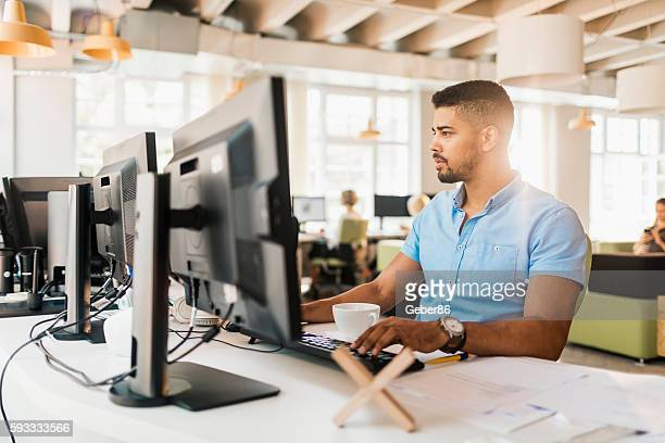 male architect works on a project - desktop pc stockfoto's en -beelden
