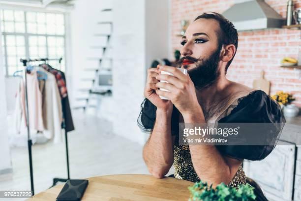 artista masculino maquillar y lleva un vestido - drag queen fotografías e imágenes de stock