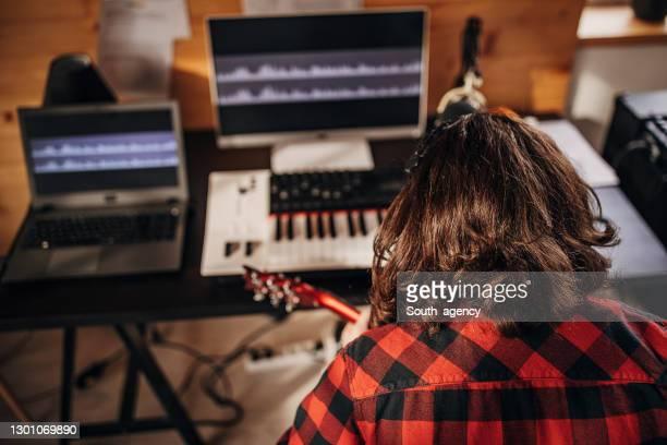 レコーディングスタジオで音楽を作る男性アーティスト - シンガーソングライター ストックフォトと画像