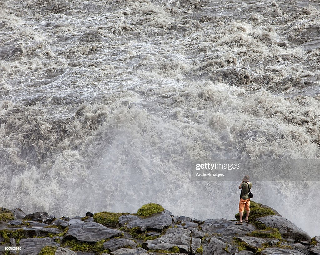 Male at edge, Dettifoss Waterfall : Stockfoto