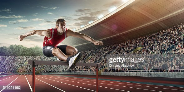 Maschio Atleta Corsa Ad Ostacoli A Gara Sportiva Foto