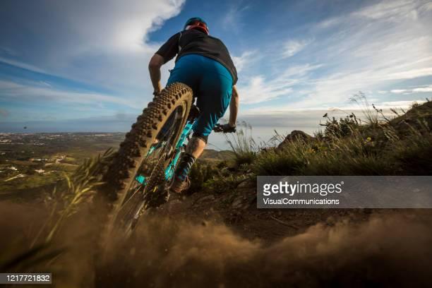 ポルトガルの男性アスリートマウンテンバイク。 - エクストリームスポーツ ストックフォトと画像