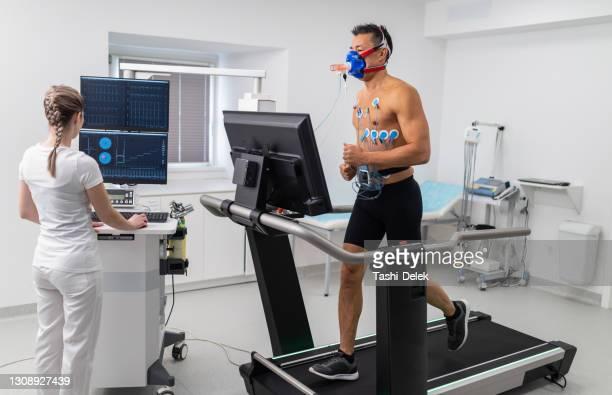 mannelijke atleet die ecg en vo2 test op loopband uitvoert - uithoudingsvermogen stockfoto's en -beelden