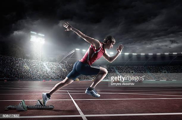 atleta masculino esprint - rush fútbol americano fotografías e imágenes de stock