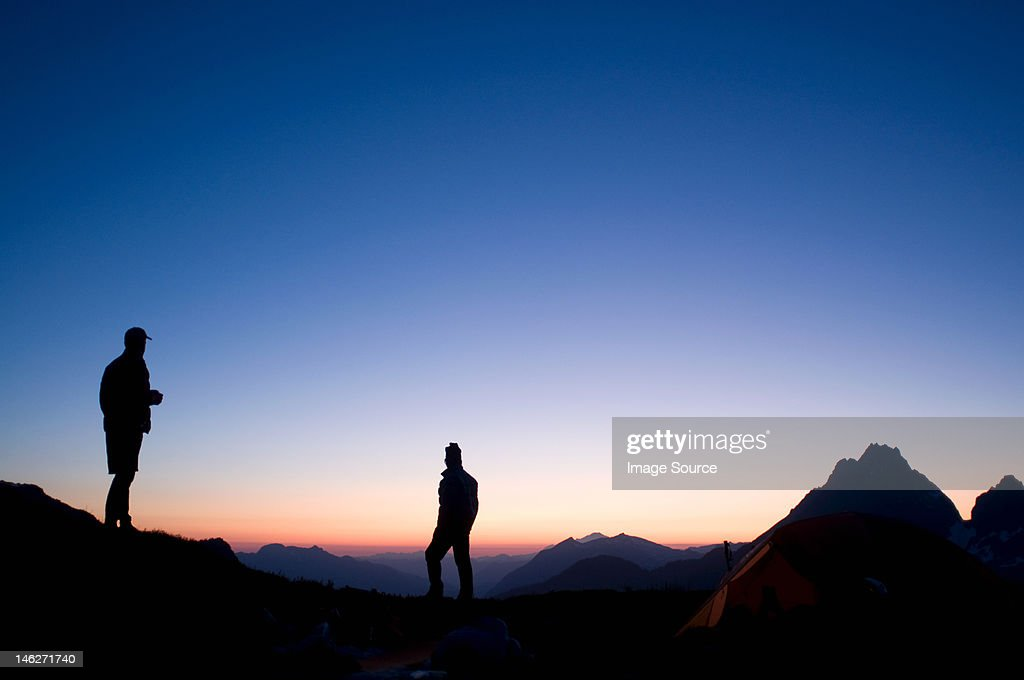 Male backpackers at camp in evening, Kool Aid Lake, Ptarmigan Traverse, North Cascades, Washington, USA : Foto de stock