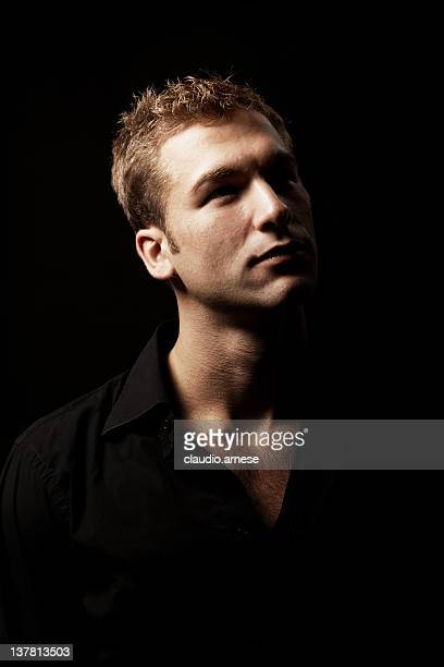 Männliche Schönheit Porträt mit schwarzen Hintergrund. Farbe