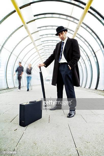 雄ボス保持、パラソル、スーツケースの廊下 - ロングコート ストックフォトと画像