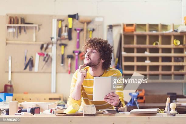 Männliche Tischler in einer Konstruktion Workshop