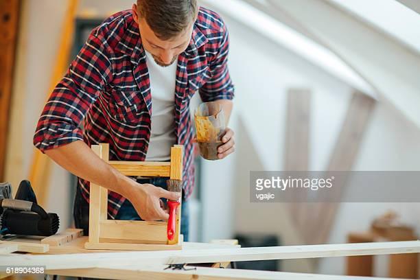 Männliche Tischler Gemälde Möbeln.