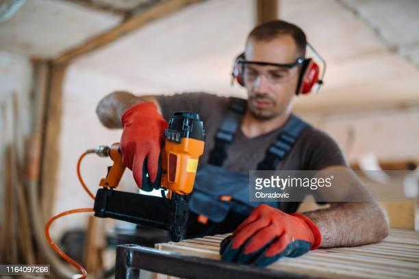 carpinteiro masculino que trabalha em sua foto de stock da oficina - prego - fotografias e filmes do acervo