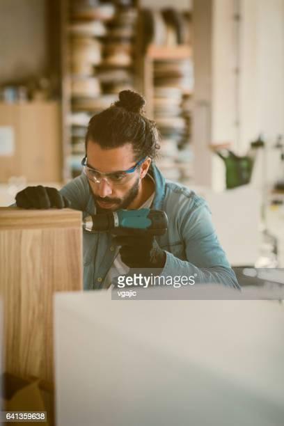 Männliche Zimmermann arbeitet In seiner Werkstatt
