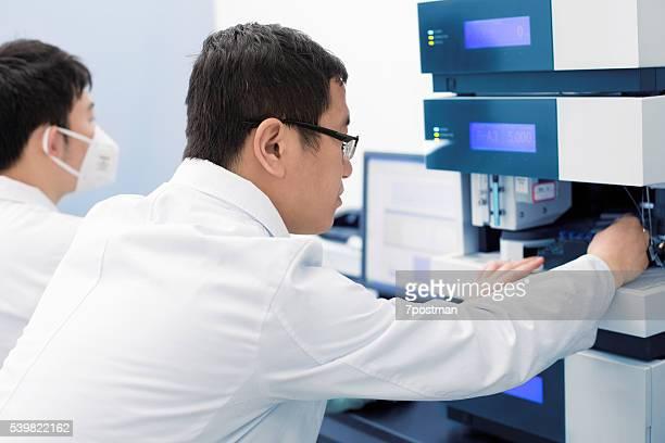 masculino químicos examinar substâncias químicas para uma investigação - microbiologia imagens e fotografias de stock