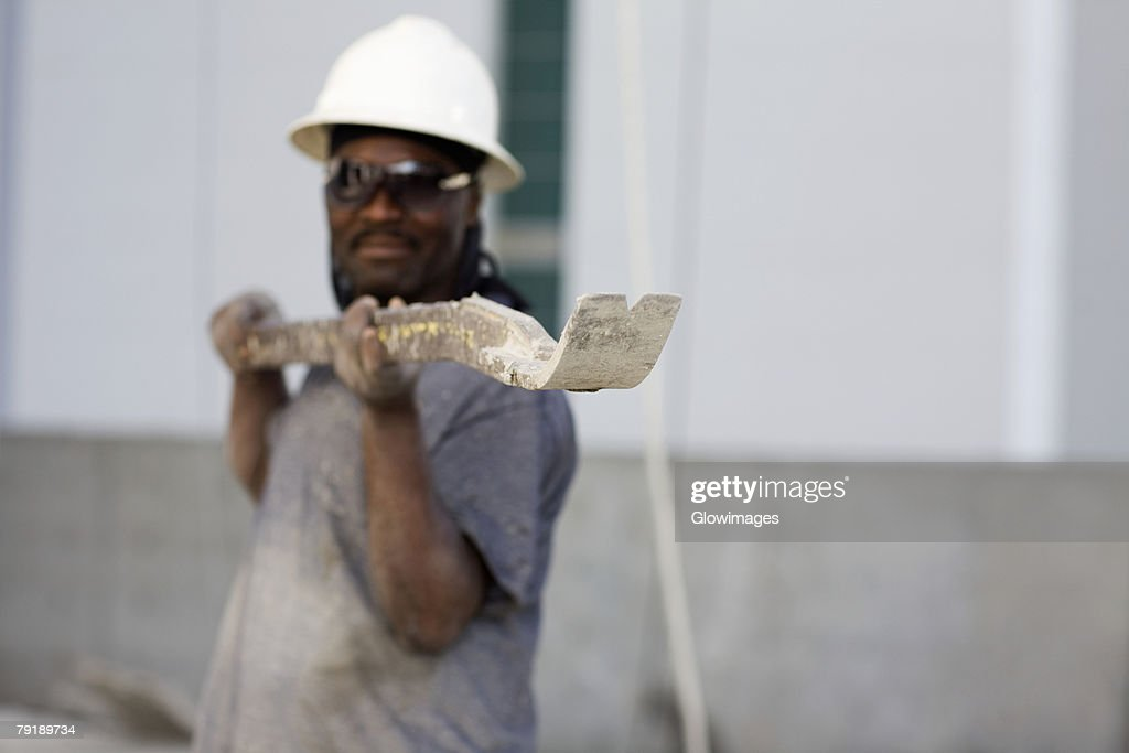 Male construction worker holding a work tool : Foto de stock