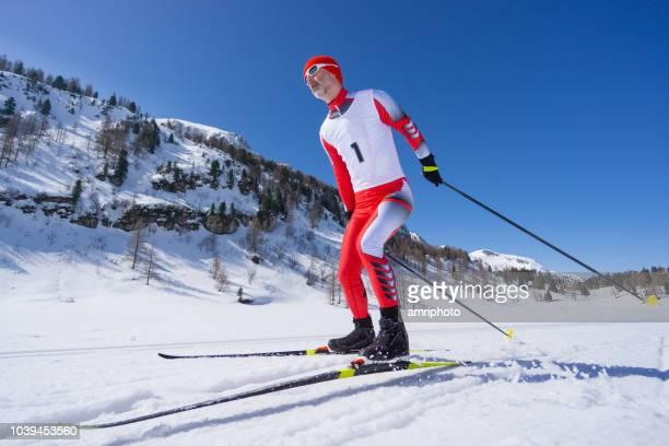 冬山でトラックにスケート スキーヤー クロス男性