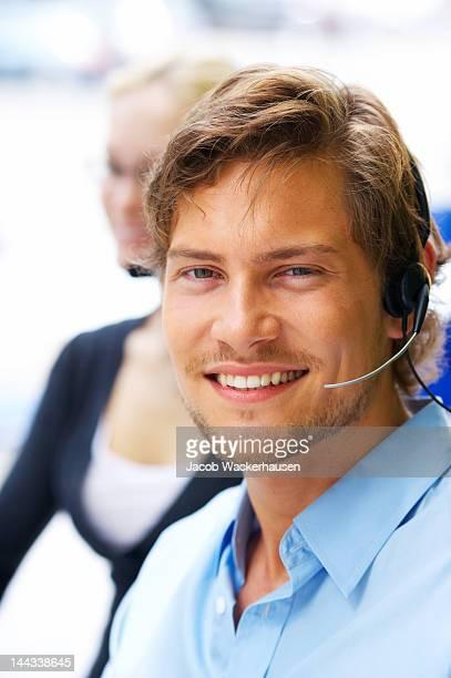 Homme représentant du service client souriant