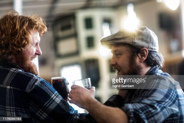 male customers laughing in traditional irish public house - sigrid gombert stock-fotos und bilder